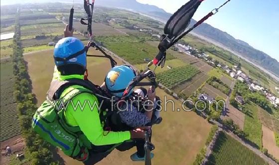 عجوز تايوانية (93 عاما) تقوم بمغامرة جنونية بجولة طيران مظلي صورة رقم 5