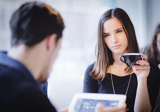 صورة رقم 1 - بمساعدة لغة الجسد.. 6 مؤشرات تدل على كذب زوجك! تعرفي إليها