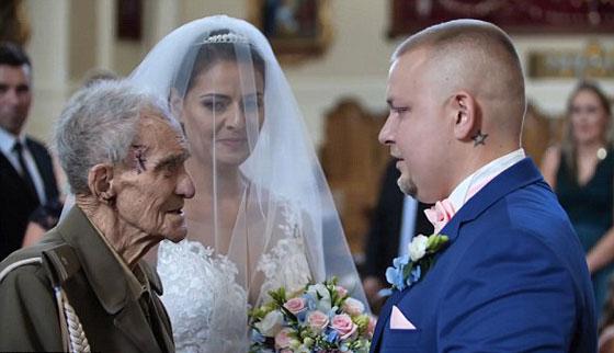 بالفيديو والصور.. عجوز (94 عاما) يحقق حلمه قبل يومين من وفاته! صورة رقم 5