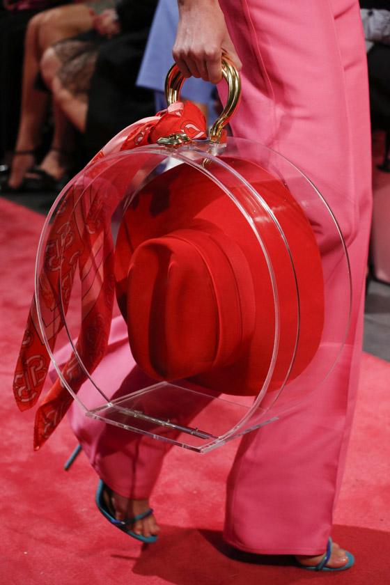 حقيبة السلة والقبعة.. إليكم أغرب 10 حقائب من أسابيع موضة الربيع صورة رقم 8