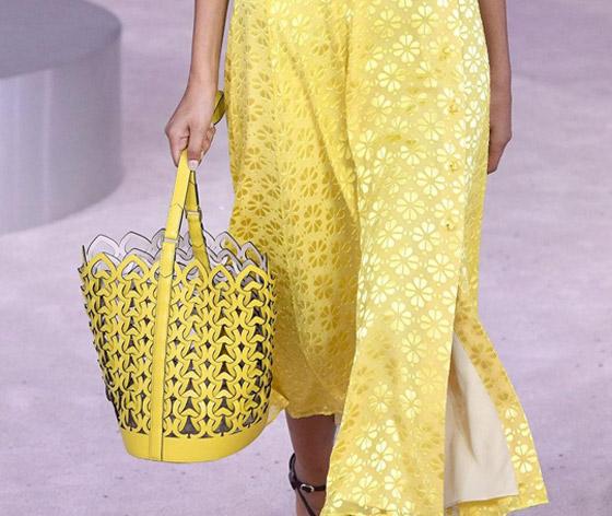 حقيبة السلة والقبعة.. إليكم أغرب 10 حقائب من أسابيع موضة الربيع صورة رقم 7