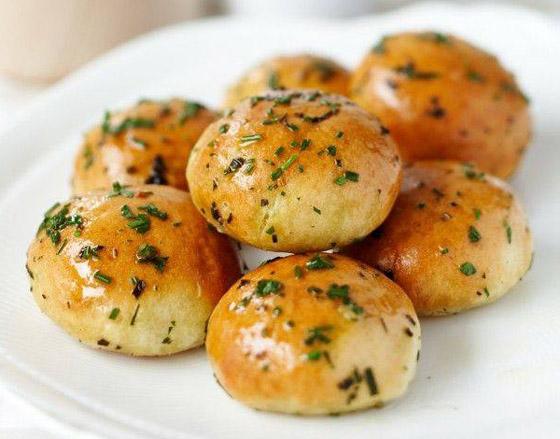 طريقة تحضير كرات الخبز بالثوم الشهية بطريقة سهلة وسريعة صورة رقم 2