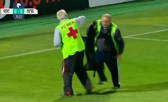 فيديو طريف.. كلب يقتحم ملعبا ويتسبب في تعطيل مباراة كرة قدم صورة رقم 5