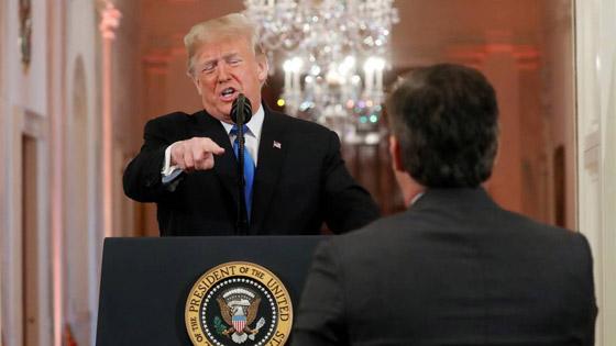بالفيديو.. ترامب يهاجم ويهين صحفي بعد أن لمس موظفة بيديه صورة رقم 9
