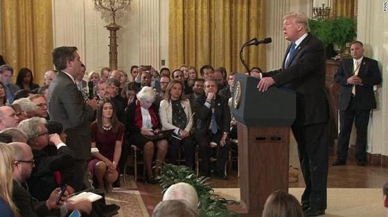 بالفيديو.. ترامب يهاجم ويهين صحفي بعد أن لمس موظفة بيديه صورة رقم 6