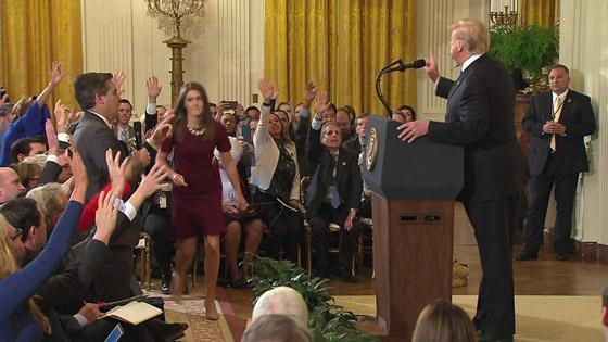 بالفيديو.. ترامب يهاجم ويهين صحفي بعد أن لمس موظفة بيديه صورة رقم 4