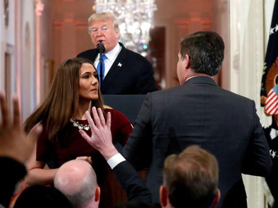 بالفيديو.. ترامب يهاجم ويهين صحفي بعد أن لمس موظفة بيديه صورة رقم 8