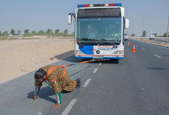 شاهدوا.. بطل خارق اماراتي يسحب الأثقال بشعره ويثني الحديد بأنفه  صورة رقم 4