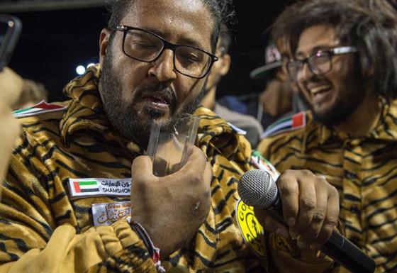 شاهدوا.. بطل خارق اماراتي يسحب الأثقال بشعره ويثني الحديد بأنفه  صورة رقم 5
