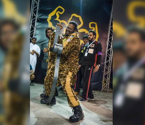 شاهدوا.. بطل خارق اماراتي يسحب الأثقال بشعره ويثني الحديد بأنفه  صورة رقم 3