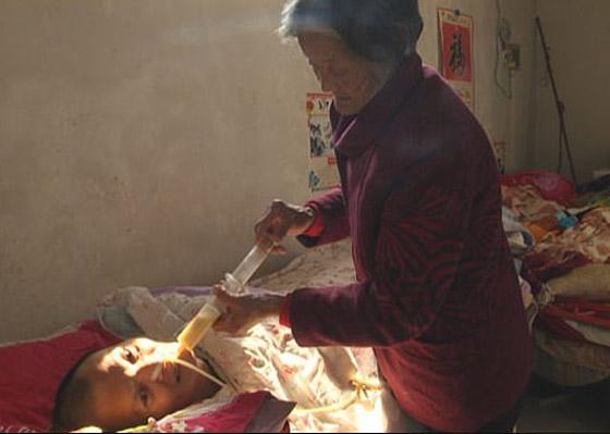 معجزة.. رجل صيني يستيقظ من غيبوبة بعد اعتناء والدته به 12عاما صورة رقم 4