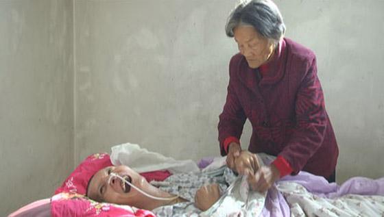 معجزة.. رجل صيني يستيقظ من غيبوبة بعد اعتناء والدته به 12عاما صورة رقم 3