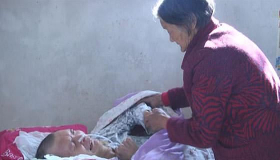 معجزة.. رجل صيني يستيقظ من غيبوبة بعد اعتناء والدته به 12عاما صورة رقم 5