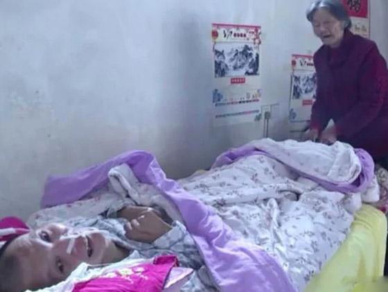 معجزة.. رجل صيني يستيقظ من غيبوبة بعد اعتناء والدته به 12عاما صورة رقم 1