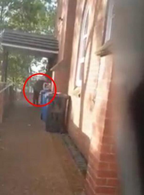 بالفيديو.. فتاتان تضعان لحم خنزير على باب مسجد بأنجلترا صورة رقم 4