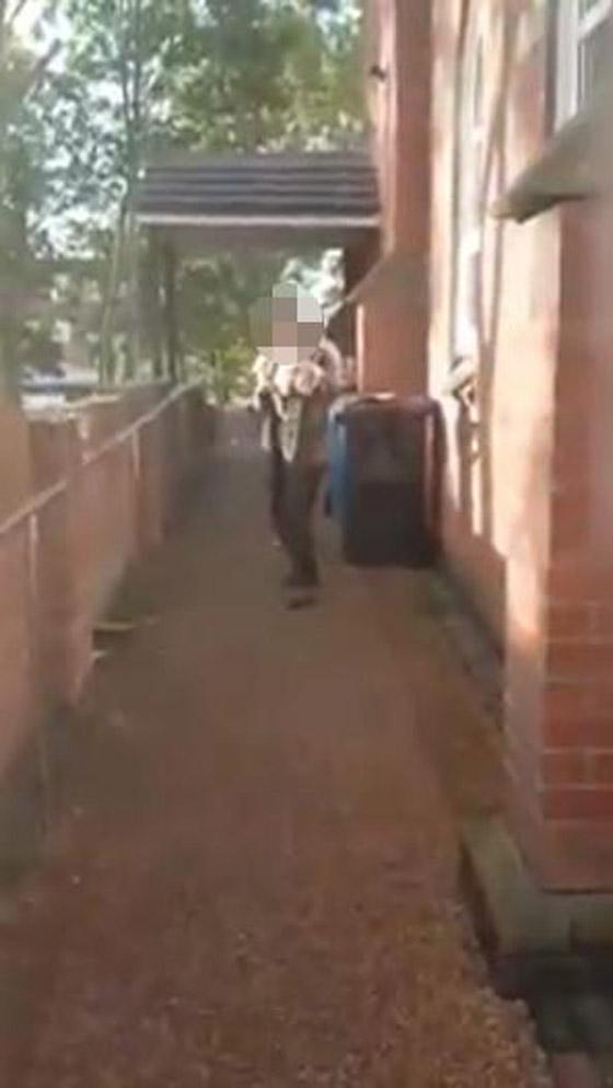 بالفيديو.. فتاتان تضعان لحم خنزير على باب مسجد بأنجلترا صورة رقم 5