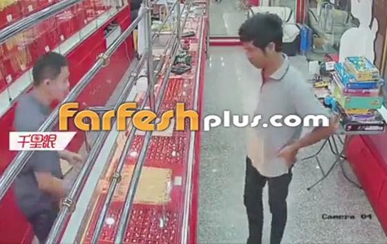 محاولة فاشلة لشاب بسرقة قلادة ذهبية من متجر مجوهرات في تايلاند صورة رقم 1