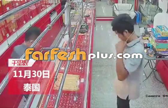 محاولة فاشلة لشاب بسرقة قلادة ذهبية من متجر مجوهرات في تايلاند صورة رقم 2