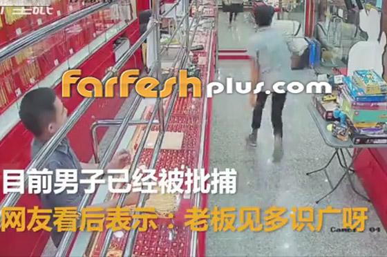 محاولة فاشلة لشاب بسرقة قلادة ذهبية من متجر مجوهرات في تايلاند صورة رقم 4