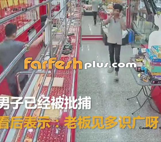 محاولة فاشلة لشاب بسرقة قلادة ذهبية من متجر مجوهرات في تايلاند صورة رقم 7