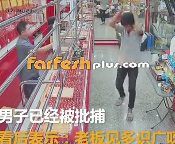 محاولة فاشلة لشاب بسرقة قلادة ذهبية من متجر مجوهرات في تايلاند صورة رقم 8
