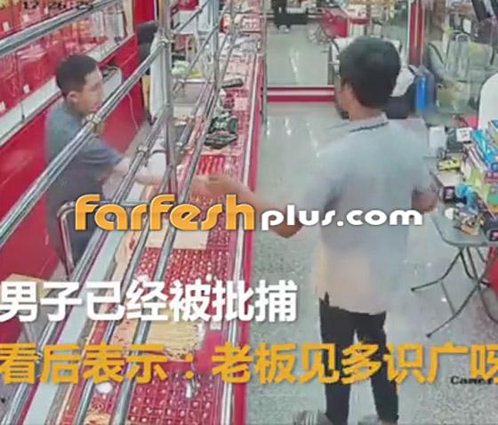 محاولة فاشلة لشاب بسرقة قلادة ذهبية من متجر مجوهرات في تايلاند صورة رقم 9