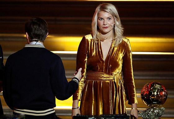 فضيحة على الهواء! طلب صادم من لاعبة نرويجية في حفل جوائز الكرة الذهبية صورة رقم 2