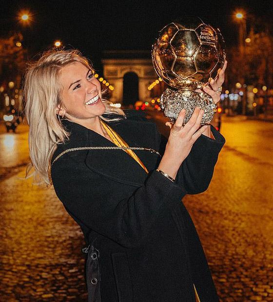 فضيحة على الهواء! طلب صادم من لاعبة نرويجية في حفل جوائز الكرة الذهبية صورة رقم 5