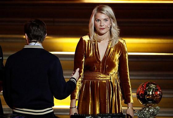 فضيحة على الهواء! طلب صادم من لاعبة نرويجية في حفل جوائز الكرة الذهبية صورة رقم 7