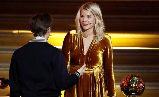 فضيحة على الهواء! طلب صادم من لاعبة نرويجية في حفل جوائز الكرة الذهبية صورة رقم 9