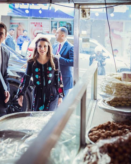 صور الملكة رانيا تتألق بأزياء مصممين عرب لتشجيع الابداع العربي صورة رقم 10