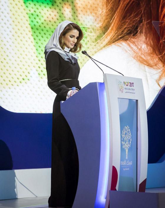 صور الملكة رانيا تتألق بأزياء مصممين عرب لتشجيع الابداع العربي صورة رقم 30