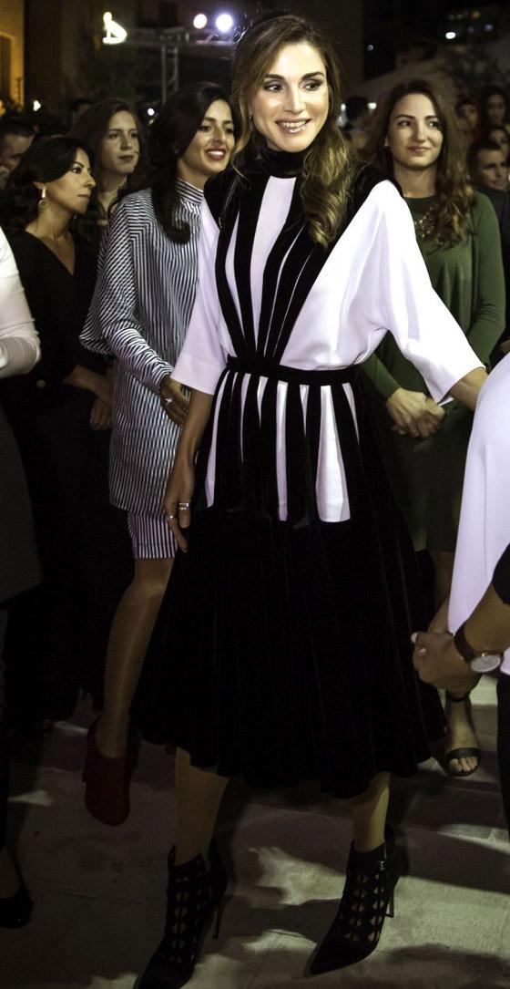 صور الملكة رانيا تتألق بأزياء مصممين عرب لتشجيع الابداع العربي صورة رقم 31