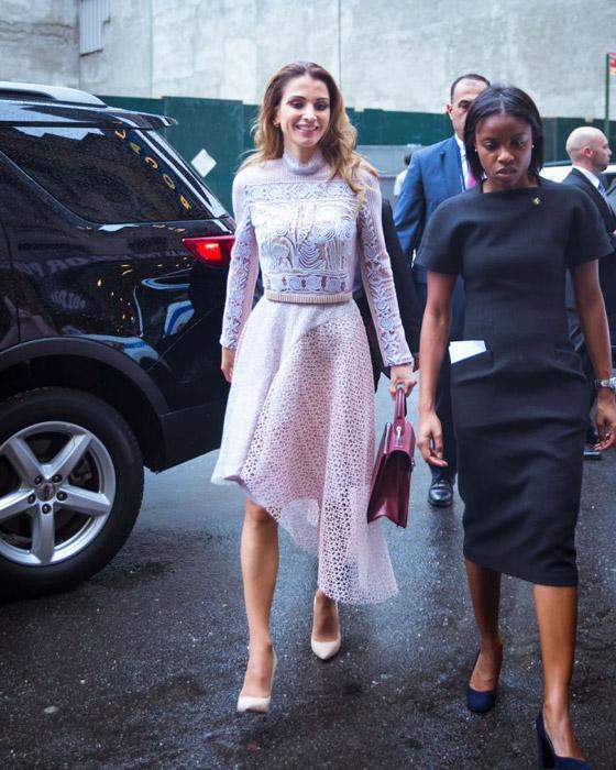 صور الملكة رانيا تتألق بأزياء مصممين عرب لتشجيع الابداع العربي صورة رقم 35