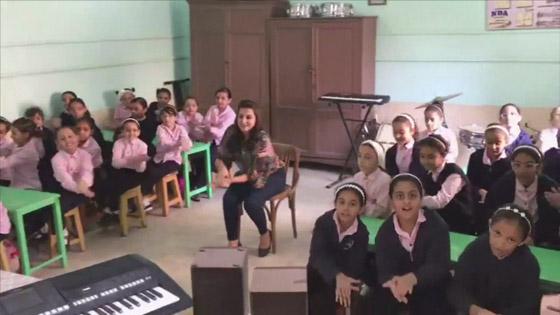 فيديو معلمة تُدرس موسيقى الزمن الجميل للتصدي لفوضى الغناء صورة رقم 6
