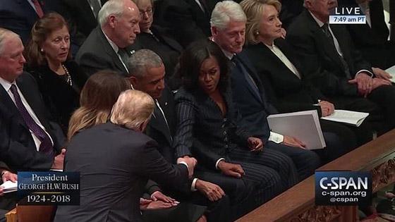 شاهدوا بالفيديو.. ترامب يصافح أوباما وميشيل ويتجاهل كلينتون صورة رقم 3