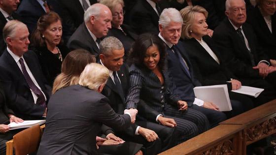 شاهدوا بالفيديو.. ترامب يصافح أوباما وميشيل ويتجاهل كلينتون صورة رقم 1