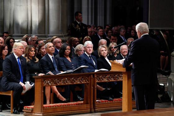 شاهدوا بالفيديو.. ترامب يصافح أوباما وميشيل ويتجاهل كلينتون صورة رقم 6