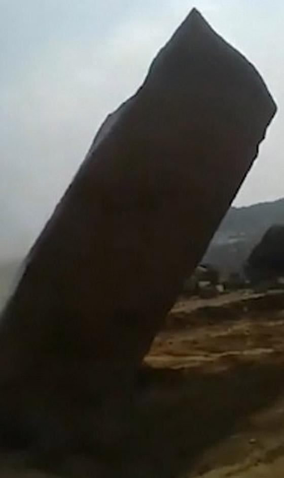 فيديو مدهش.. لن تصدق كيف تمكنوا من تحطيم هذه الصخرة الضخمة! صورة رقم 3