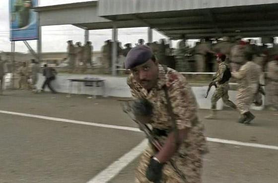 مقتل 6 جنود وإصابة قياديين في هجوم على العرض العسكري في لحج! فيديو صورة رقم 3