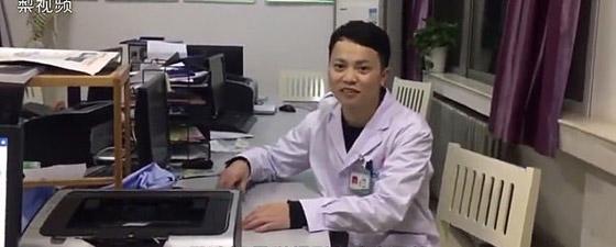 صورة مؤثرة: طبيب مرهق متفاني في عمله يغفو في غرفة العمليات  صورة رقم 2