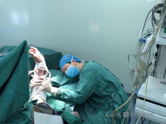 صورة مؤثرة: طبيب مرهق متفاني في عمله يغفو في غرفة العمليات  صورة رقم 1
