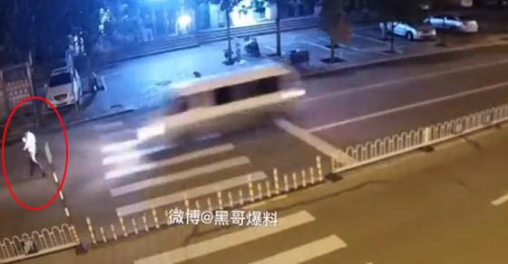 فيديو مروع: نهاية رجل انشغل بهاتفه لحظة عبوره الشارع صورة رقم 1