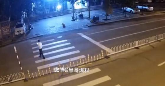 فيديو مروع: نهاية رجل انشغل بهاتفه لحظة عبوره الشارع صورة رقم 2