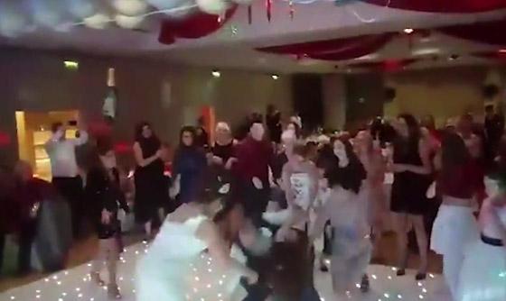 بالفيديو.. بسبب باقة العروس شاب يعتدي على فتاة في حفل زفاف  صورة رقم 2