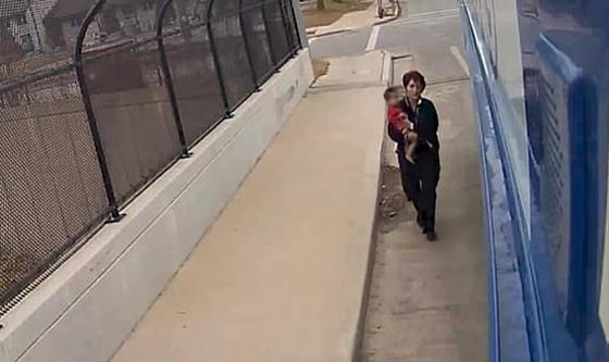 سائقة حافلة تنقذ طفلة وحيدة في درجات حرارة تحت الصفر.. فيديو صورة رقم 4