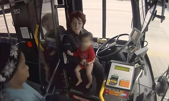 سائقة حافلة تنقذ طفلة وحيدة في درجات حرارة تحت الصفر.. فيديو صورة رقم 5