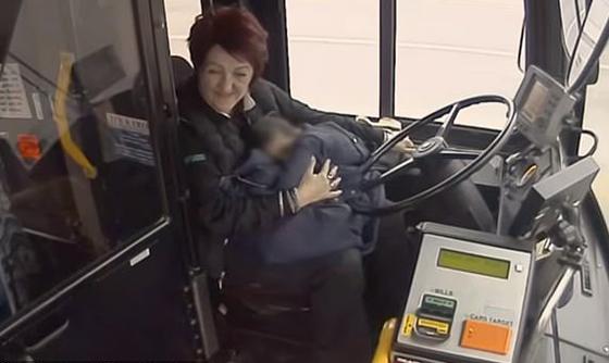 سائقة حافلة تنقذ طفلة وحيدة في درجات حرارة تحت الصفر.. فيديو صورة رقم 6