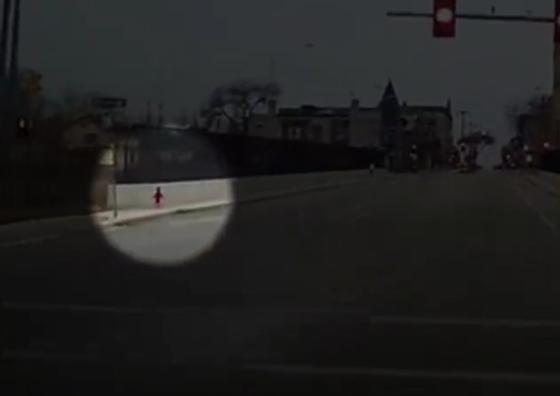 سائقة حافلة تنقذ طفلة وحيدة في درجات حرارة تحت الصفر.. فيديو صورة رقم 2