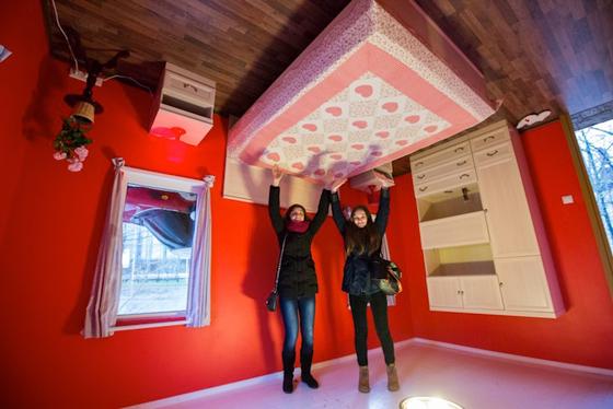 بالفيديو والصور.. منزل فريد من نوعه صمم بالمقلوب صورة رقم 6